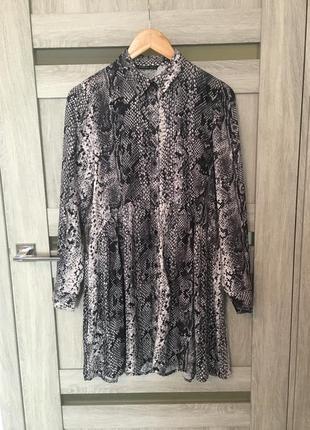 Платье рубашка на пуговицах принт от stradivarius    размер s (36)