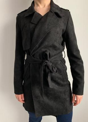 Чорний модний тренч, мода та тренд 2019 року, базове чорне пальто, черное пальто.