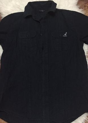 Темно-синяя котоновая хлопковая мужская рубашка с коротким рукавом.