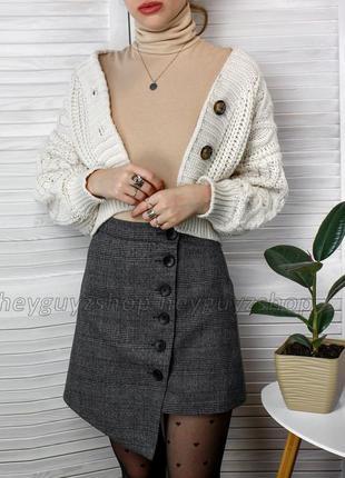 Темно-серая мини юбка в клетку асимметричная на пуговицах теплая на подкладке