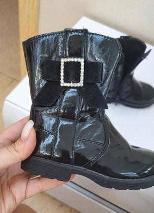Ботинки сапоги  черные лаковые 22 размер с бантиком брошка