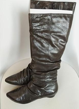 Модные сапоги из лакированной кожи с тиснением