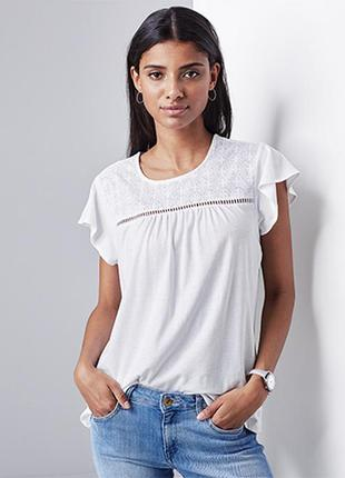 Эффектная и стильная футболка с широкими рукавами-воланами и вышивкой от бренда tchibo
