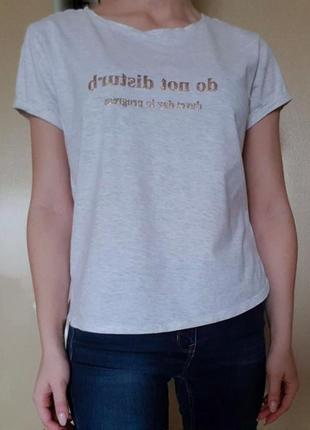 Трендовая футболка с надписью на груди