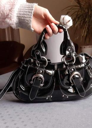 Кожаная красивая лаковая черная сумка на длинном ремешке фирмы deni cler в новом состоянии
