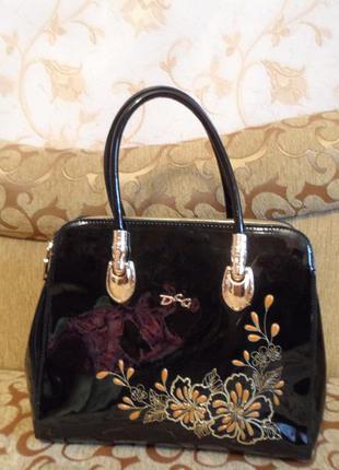 Очень красивая лаковая сумка