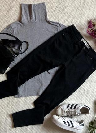 Облегающие чёрные брюки