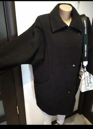 Стильное черное теплое пальто прямого покроя из натуральной шерсти