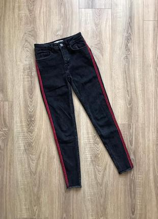Чёрные джинсы с лампасами