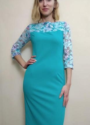 Коктейльное платье-футляр мятного оттенка с кружевом