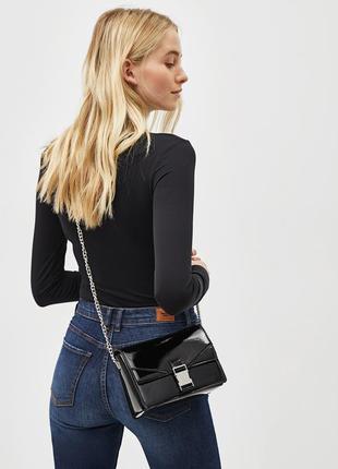 Черная лаковая сумка кроссбоди через плече на цепочке bershka