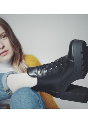 Кожаные зимние женские ботинки на высоком каблукем каблуке
