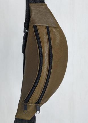 Стильная бананка натуральная кожа, модная сумка на пояс хаки лаковая кожа