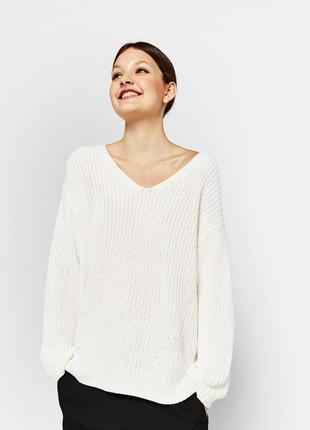 Объемный свитер кофта bershka джемпер с v образним вырезом белый