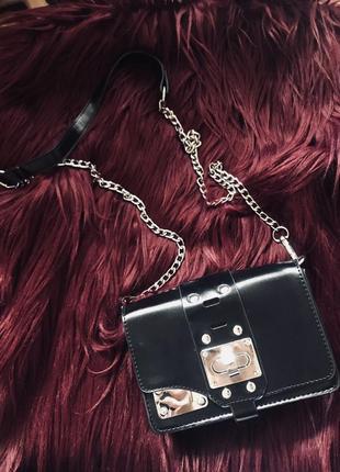 Маленькая черная сумочка с серебряной фурнитурой