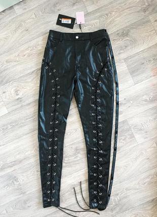 Новые брюки леггинсы под кожу со шнуровкой от prettylittlething plt