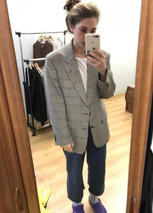 Винтажный пиджак с широкими плечами.