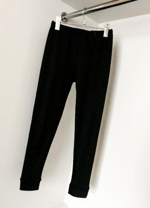 Чёрные облегающие штаны лосины леггинсы на резинке без карманов утеплённые флисе манжеты