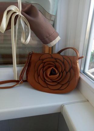 Красивая рыжая сумочка с привлекательным цветком через/на плечо