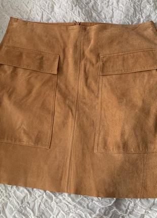 Трендовая юбка из замши цвета кэмел с накладными карманами promod l