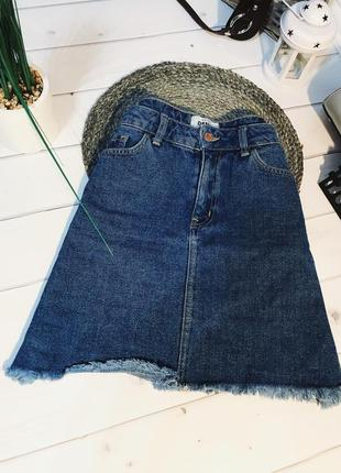 Короткая джинсовая юбка с необработанным низом
