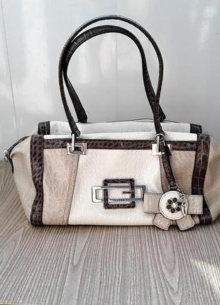 Красивая лаковая сумка guess в кофейно-бежевых тонах