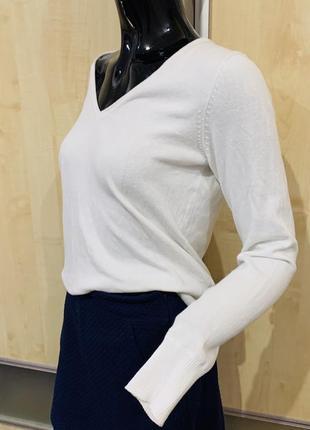 Тонкий свитер. белый свитер .