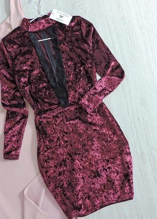 Велюровое платье с глубоким декольте