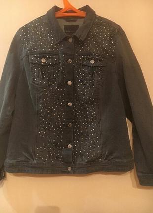 Эффектная джинсовая куртка, украшенная стразами.