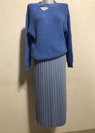 Невероятно красивый свитер голубого цвета с эффектом рваной