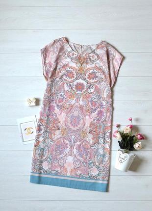 Ніжне плаття в красивий орнамент