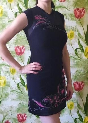Платье с коротким рукавом.