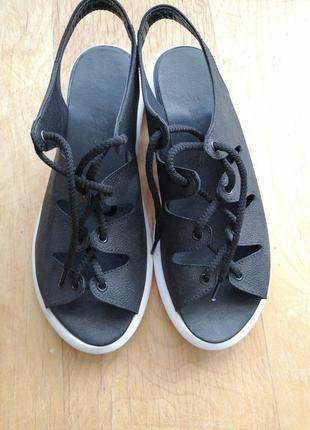Кожаные босоножки на шнуровке