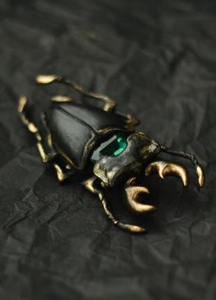 Брошь жук-олень с зеленым камнем