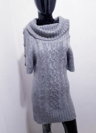Теплое вязаное платье с хомутом