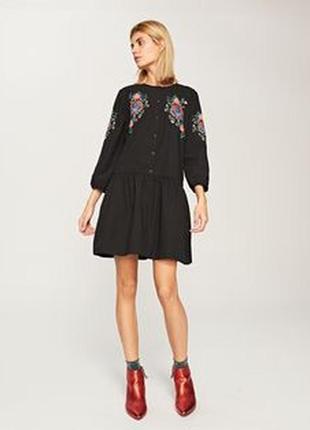 Красивое, стильное, трендовое платье на пуговках с вышивкой reserved