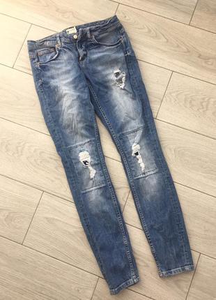 Синие джинсы с рванкой