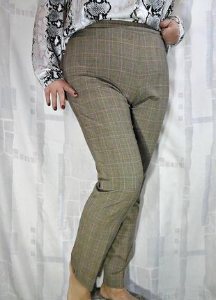 Актуальные узкие брюки в клетку теплых тонов