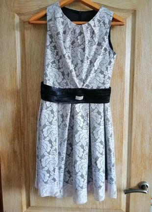 Очаровательное платье с кружевом