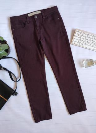 Укороченные джинсы бордового цвета