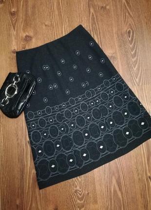 Женственная, шерстяная, очень качественная миди-юбка на подкладке, декорирована вышивкой