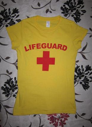 Яркая футболка с надписью lifeguard и красным крестом