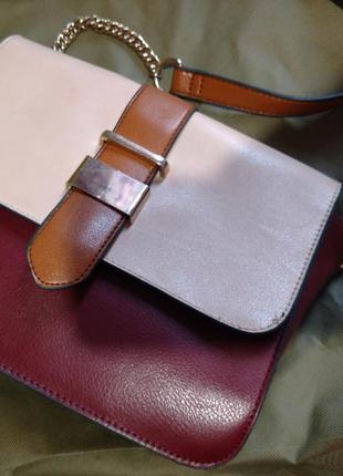 Стильная сумочка на длинном ремешке