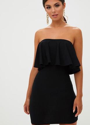 Черное платье с воланом бандо