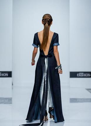 Длинное открытое платье с брюками
