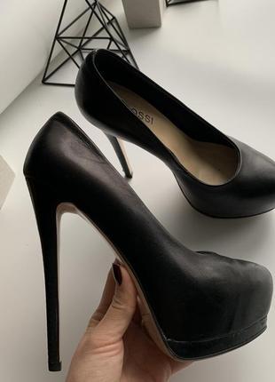 Натуральные кожаные туфли высокий каблук 35 размер