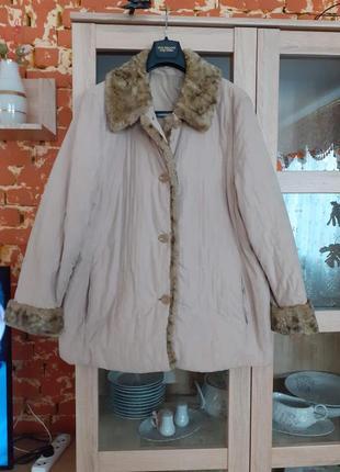 Стеганная с меховым воротником и манжетами куртка с карманами большого размера