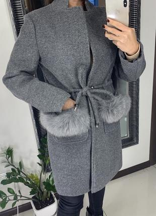 Деловое серое прямое пальто с натуральным мехом  /свободное пальто прямого кроя