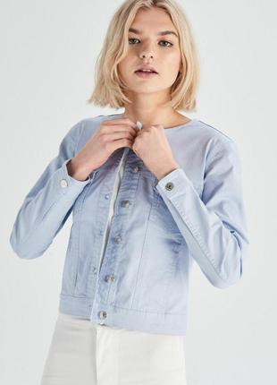 Крутая джинсовая куртка голубого цвета с карманами