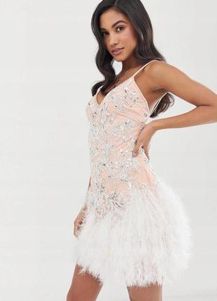 Бежевое платье с перьями расшитое пайетками и бисером